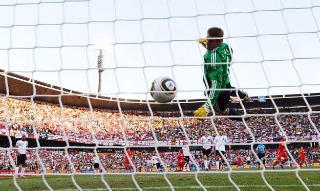 Po strzale Lamparda piłka wpadła do bramki, ale sędzia gola nie uznał /AFP