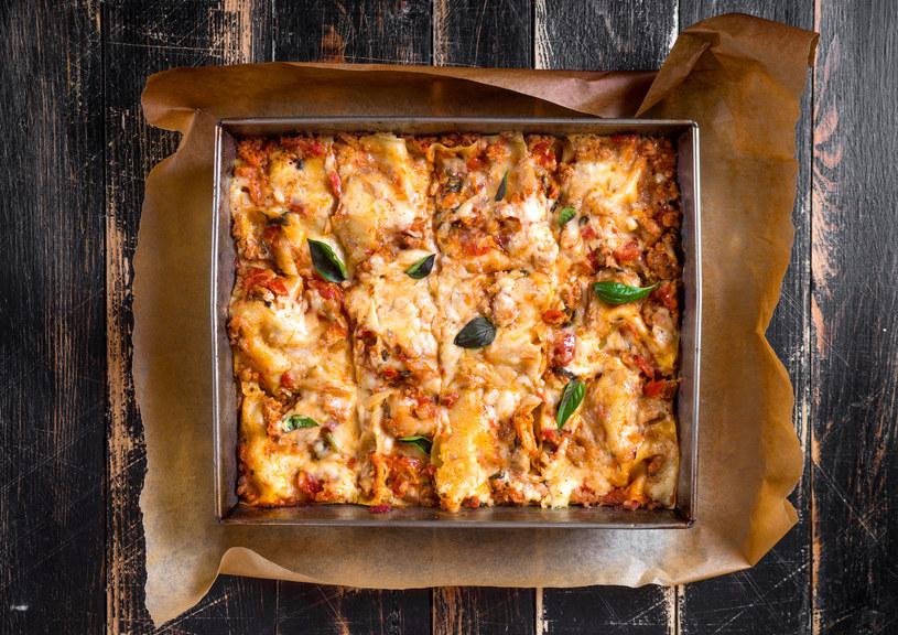 Po świętach zostało trochę pieczonej szynki lub indyka? Można, jak to robią Włosi, dodać je do lazanii. /123RF/PICSEL