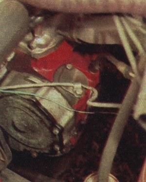 Po tradycyjnym aparacie zapłonowym i pompie paliwa zostały tylko zaślepki. /Motor