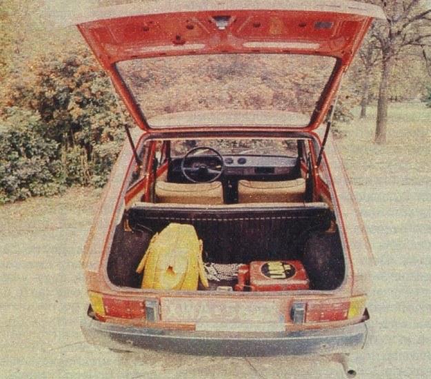 Po uniesieniu pokrywy bagażnika zwanej też trzecimi drzwiami samochodu ukazuje się dość pojemny bagażnik, który może być przekształcony w dużą powierzchnię ładowania, gdy wewnątrz znajdują się dwie osoby, a oparcie tylnego siedzenia zostanie złożone. /Motor