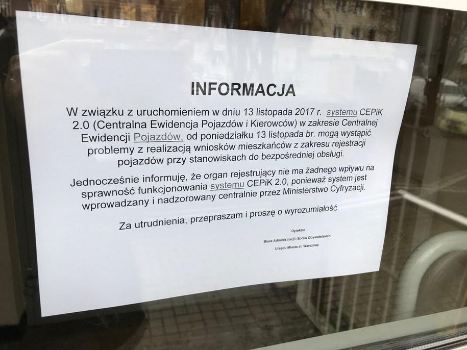 Po uruchomieniu systemu CEPiK 2.0 w wielu miejscach nie można wprowadzać danych aut do systemu, weryfikować ich czy choćby wydawać wtórników dokumentów /Mariusz PIekarski /RMF FM