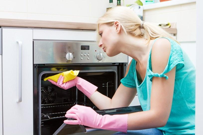 Po wyczyszczeniu sodą piekarnik będzie lśnił /©123RF/PICSEL