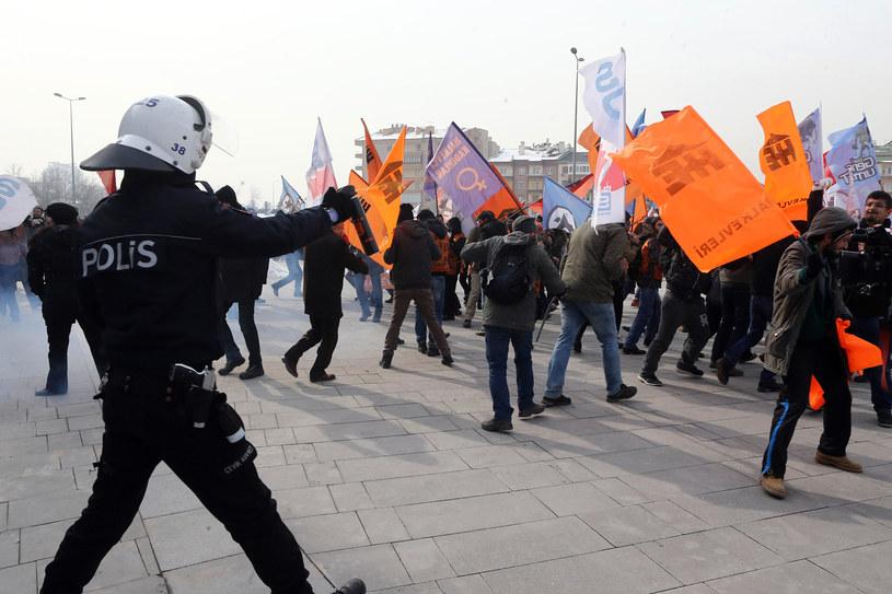 Po wyroku przed budynkiem sądu wybuchły protesty /ADEM ALTAN / AFP /AFP