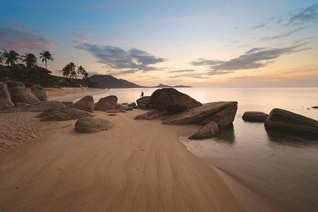 Po zachodzie słońca plaże Ko  Samui są puste. Idealna sceneria dla zakochanych i romantyków. /Arch/123RF Picsel