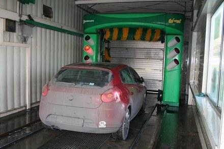 Po zimie należy dokładnie umyć auto /INTERIA.PL
