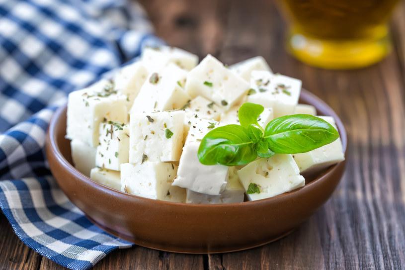 Pochodzi z północnej Grecji. Wytwarza się ją z pasteryzowanego mleka owczego oraz koziego /©123RF/PICSEL