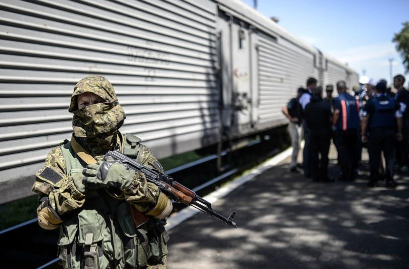 Pociąg z ciałami ofiar katastrofy malezyjskiego samolotu ruszył do Charkowa. /AFP