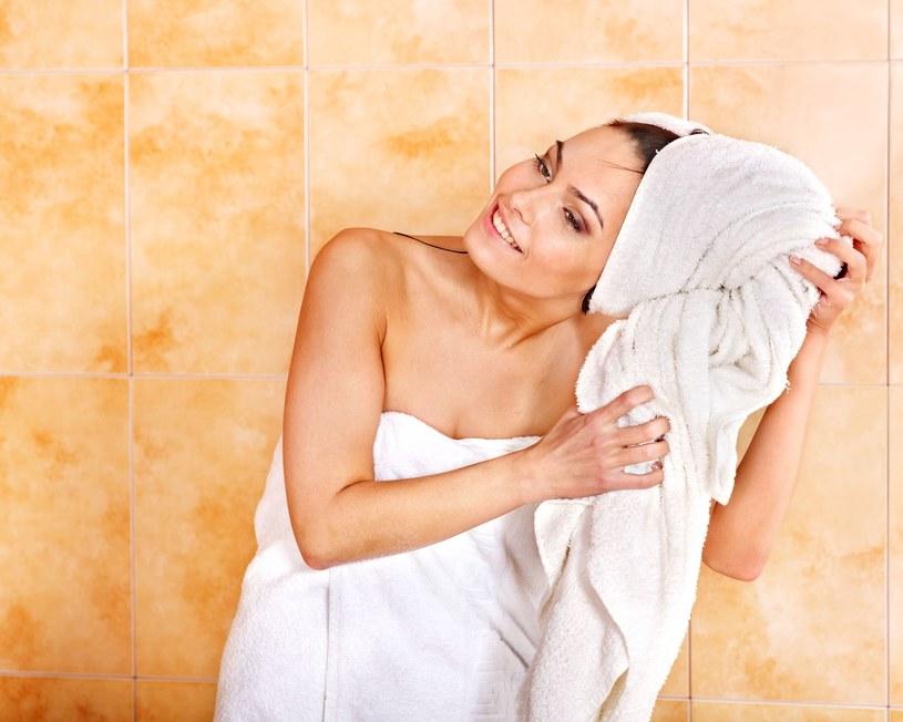 Pocieranie mokrych włosów ręcznikiem /123RF/PICSEL