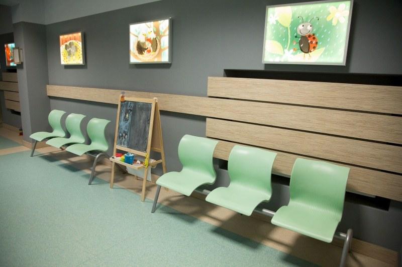 Poczekalnia oddziału chirurgii dziecięcej: Tutaj rozgrywają się sceny z udziałem najmłodszych oraz ich rodziców /Agencja W. Impact