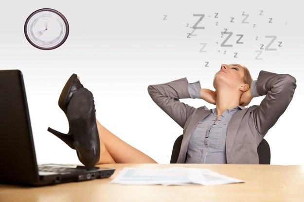 Poczucie znudzenia w pracy towarzyszy wielu osobom /123RF/PICSEL