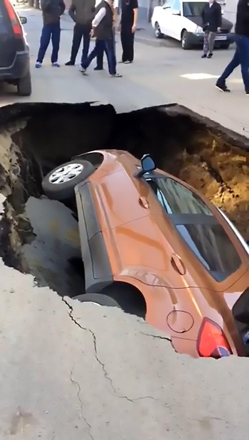 Pod autem zapadła się ziemia /CEN    /East News