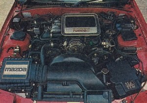 Pod dużą liczbą pokryw z tworzyw sztucznych można niemal nie zauważyć silnika, w niczym nie przypominającego klasycznej jednostki tłokowej i różniącego się od rozwiązań klasycznych także bardzo małymi wymiarami zewnętrznymi. /Mazda