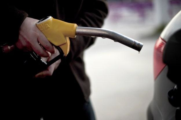 Pod koniec wakacji można liczyć na tańsze paliwo /AFP