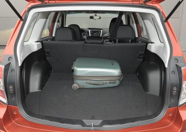 Pod podłogą 450-litrowego bagażnika ukryto koło zapasowe. Po złożeniu oparcia kanapy powstaje zupełnie płaska podłoga. /Motor