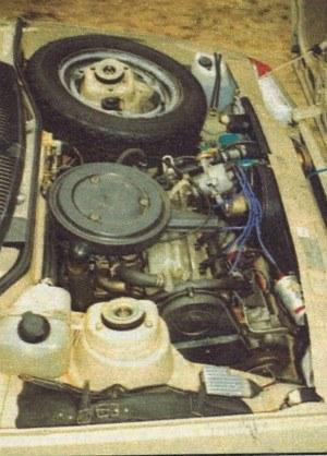 """Pod pokrywą silnika ciasno, ale do ważniejszych elementów można się dostać. Związek Radziecki rozpadł się już kilka lat temu, ale wciąż w samochodzie wykorzystywane są elementy """"Made in USSR"""". /Motor"""