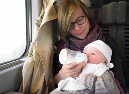 Pod żadnym pozorem nie należy karmić niemowlęcia, gdy auto jest w ruchu /© Panthermedia