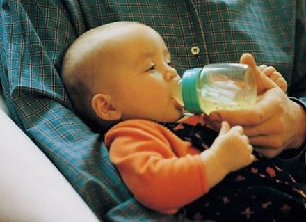 Podajesz dziecku butelkę i zastanawiasz się, ile powinno zjadać, aby się zdrowo rozwijało? /ThetaXstock