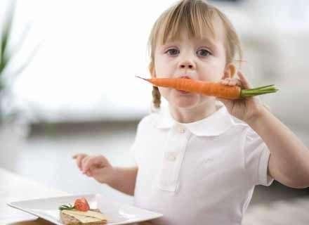 Podawaj maluchowi młode warzywa - to źródło witamin i mikroelementów /poboczem.pl