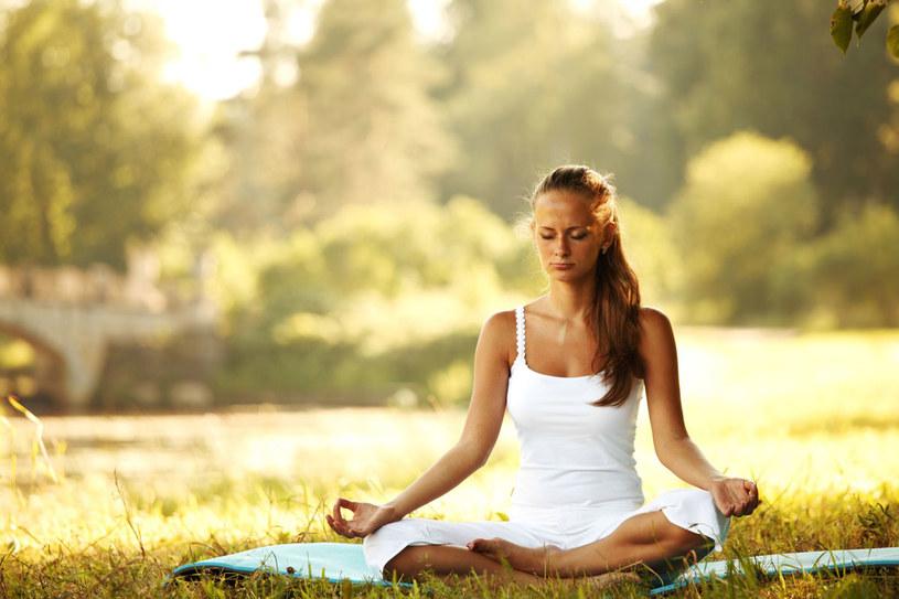 Podczas jogi nasze ciało i mózg zupełnie inaczej pracuje niż podczas ciężkiego wysiłku /123RF/PICSEL