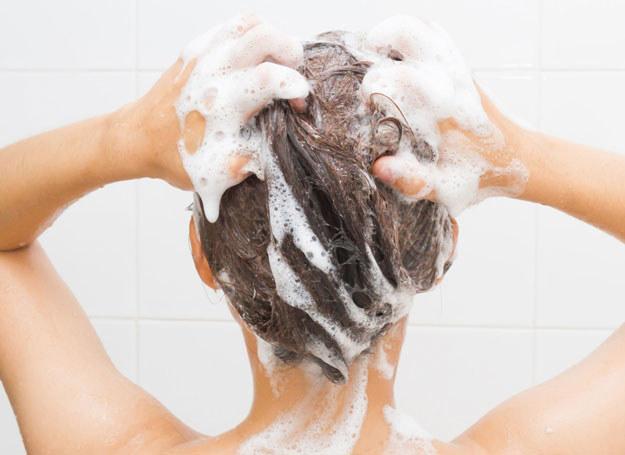 Podczas każdego mycia włosów delikatnie masuj skórę głowy /©123RF/PICSEL