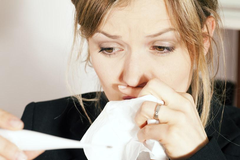 Podczas kichania uwalniamy do powietrza niebezpieczne bakterie /© Glowimages