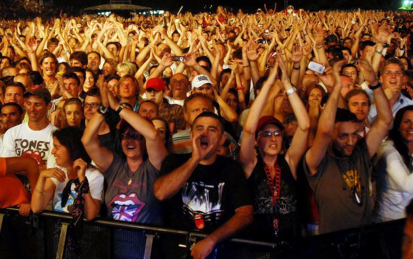 Podczas koncertów i imprez masowych warto zatroszczyć się o bezpieczeństwo urządzeń mobilnych /AFP