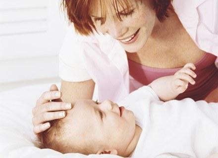Podczas masażu główki dziecko powinno leżeć np. w łóżeczku