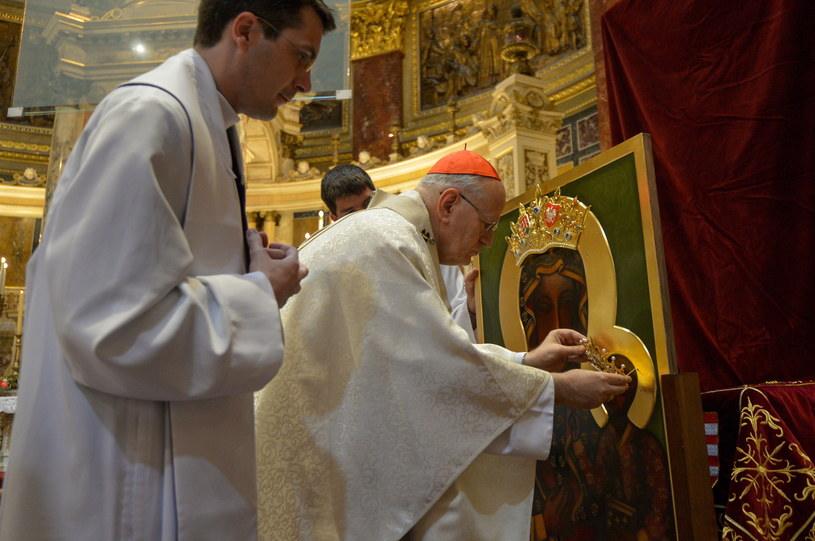 Podczas mszy odbyła się koronacja kopii obrazu Matki Boskiej Częstochowskiej /Marcin Obara /PAP