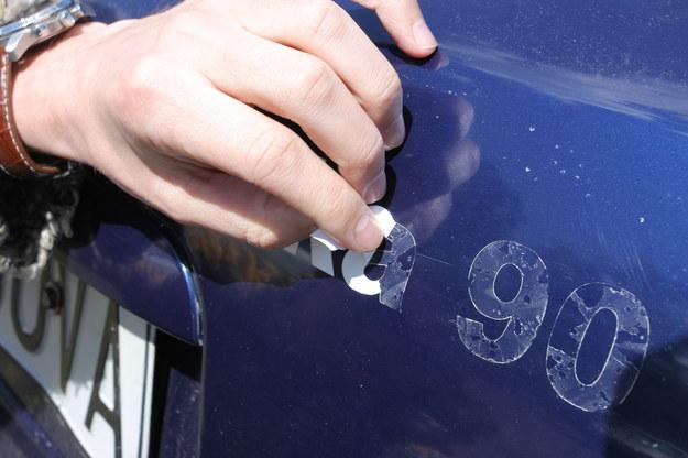 Podczas odrywania naklejek z powierzchni lakierowanych do podważenia używamy paznokcia lub plastikowej szpachelki. Nie porysujemy w ten sposób powłoki lakierniczej. /Motor