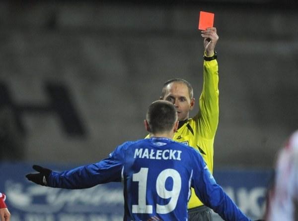 Podczas ostatnich derbów Tomasz Mikulski wyrzucił z boiska Patryka Małeckiego. Fot. M. Gillert. /Agencja Przegląd Sportowy