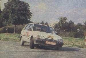 Podczas pokonywania zakrętów Citroen AX przechylał się mocno, lecz bezpiecznie. Charakterystyka, jak przystało na samochód z przednim napędem - lekko podsterowna. /Citroen