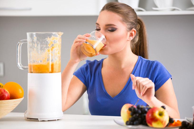 Podczas postu Daniela należy pić jak najwięcej soków warzywno - owocowych /123RF/PICSEL