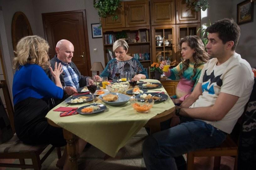 Podczas rodzinnego obiadu u Honoraty (Aleksandra Konieczna) i Romana (Waldemar Obłoza) Betty wygada się, że będzie miała wnuka. /Agencja W. Impact