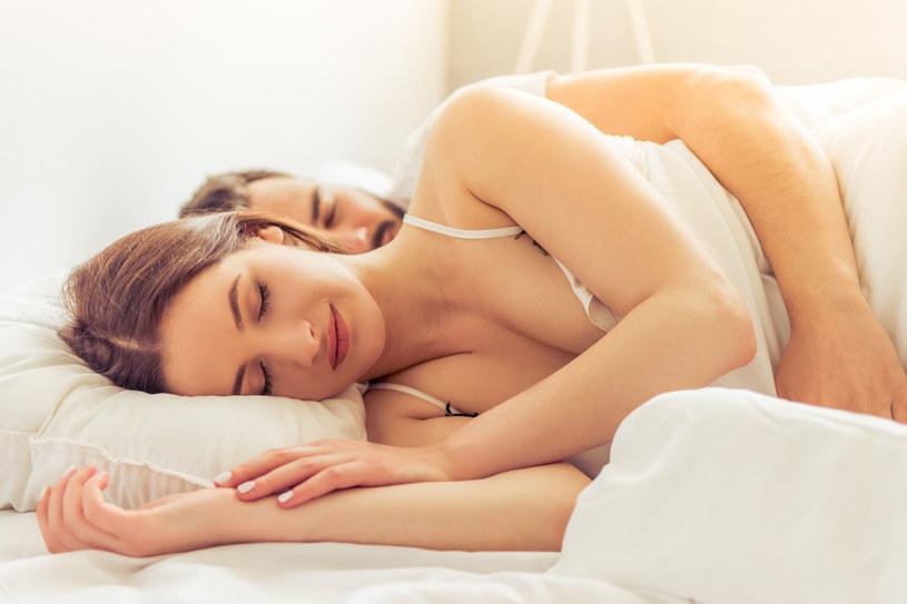 Podczas snu zostawiamy na poduszce bardzo wiele zanieczyszczeń, takich jak sebum, pozostałości kosmetyków, pot, złuszczona skóra /©123RF/PICSEL