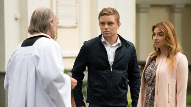 Podczas spotkania z księdzem Damianem okazuje się jednak, że Hubert nie ma bierzmowania, a to opóźni ewentualny ślub. /www.barwyszczescia.tvp.pl/
