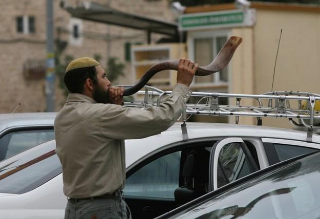 Podczas świąt Rosz Haszana dmie się w szofar /AFP