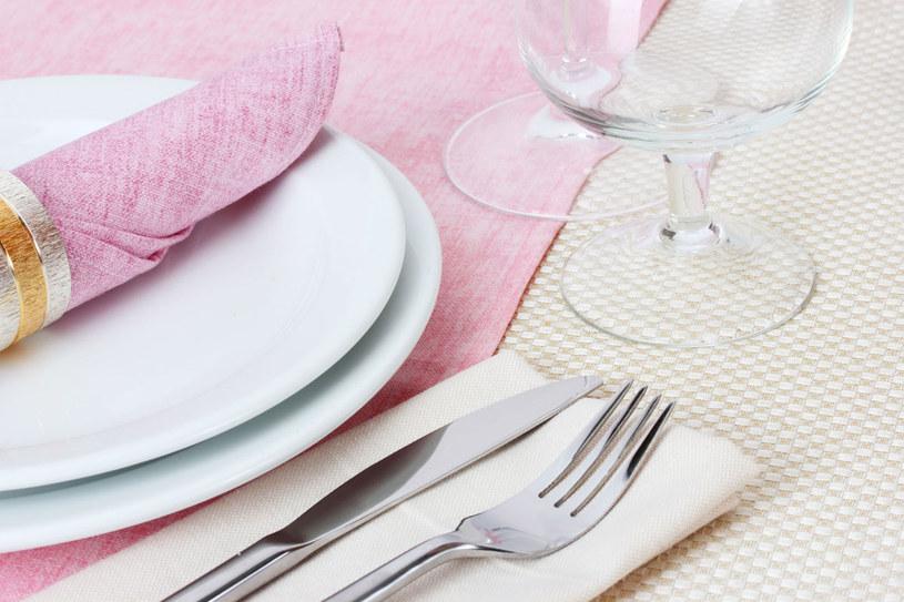 Podczas uroczystych posiłków czy w restauracji szczególnie ważne są zasady savoir-vivre`u /123RF/PICSEL