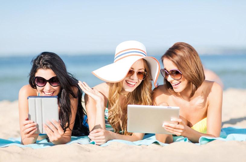Podczas wakacji trzeba uważać, w jaki sposób korzystamy z internetu /123RF/PICSEL