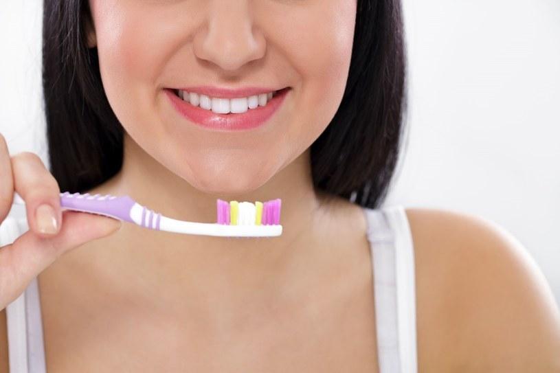Podczas wybierania odpowiedniego modelu szczoteczki powinno się wziąć pod uwagę higienę nie tylko zębów, ale także innych obszarów jamy ustnej /123RF/PICSEL
