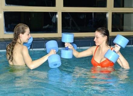 Podczas zajęć aqua aerobic spalamy więcej energii niż podczas zwykłych ćwiczeń/fot. J.Stalęga /MWMedia