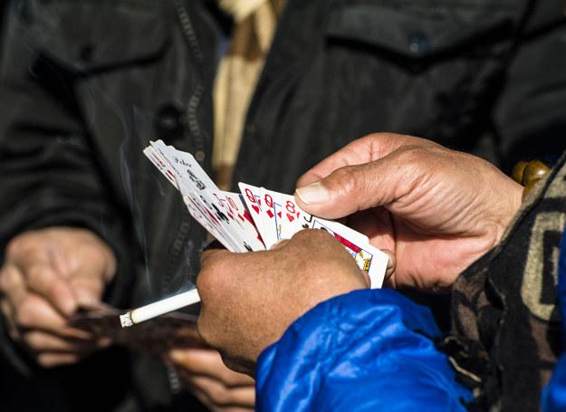 Podejrzewam, że mąż gra w karty na pieniądze /©123RF/PICSEL