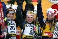 Podium biegu indywidualnego na 15 km w Anterselvie. W środku zwyciężczyni Olena Zubriłowa /AFP