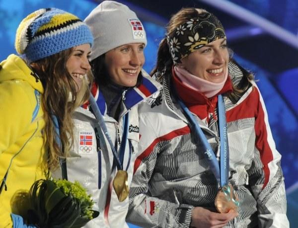 Podium biegu łączonego. Z prawej Justyna Kowalczyk /AFP