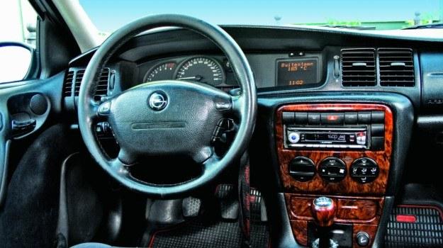 Podłączenie fabrycznego wyświetlacza do nowego odtwarzacza jest możliwe tylko w przypadku niektórych modeli aut. /Motor