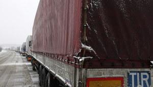 Podlaskie: Długie kolejki tirów, trudne warunki na drogach