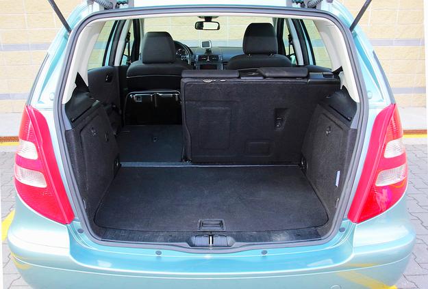 Podłogę bagażnika można mocować na dwóch poziomach. /Motor