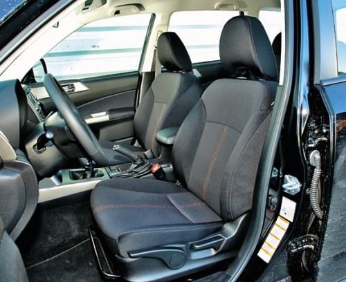 Podłokietnik jest wprawdzie za krótki, ale fotele – całkiem wygodne. Jak na SUV-a, siedzi się nisko. /Motor