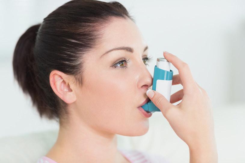 Podłoże astmy może być alergiczne (alergeny to m.in. pyłki roślin, pleśnie, kurz, sierść, łupież zwierząt) lub niealergiczne (m.in. częste infekcje dróg oddechowych) /© Photogenica/Glow Images