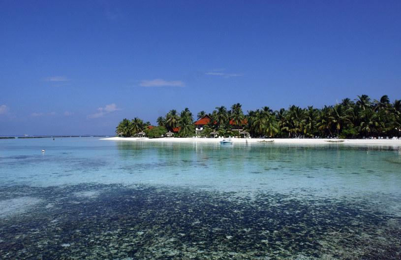 Podnoszący się poziom wód oceanicznych może doprowadzić do całkowitego zatopienia rajskich Malediwów... /AFP