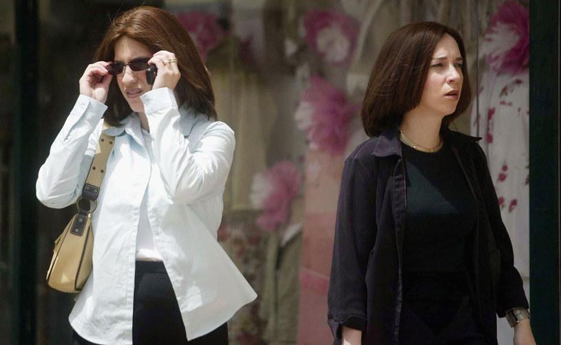 Podobne fryzury? Naturalne włosy nie powinny być widoczne, dlatego wiele religijnych żydówek nosi peruki /Getty Images